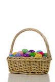 Cesta do ovo de Easter com os ovos coloridos plásticos Fotos de Stock
