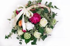 cesta do presente da hortênsia das peônias das rosas do whith das flores isolada Foto de Stock Royalty Free