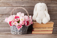 Cesta do ramalhete das tulipas e brinquedo cor-de-rosa do coelho Foto de Stock Royalty Free