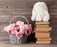 Cesta do ramalhete das tulipas e brinquedo cor-de-rosa do coelho Imagens de Stock