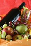 Cesta do vinho e de fruta Imagem de Stock Royalty Free
