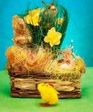 Cesta do vintage com ovos da páscoa e a galinha pequena Imagem de Stock