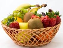 Cesta dos frutos no fundo branco Imagem de Stock