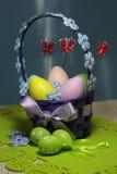 Cesta dos ovos da páscoa Fotografia de Stock