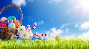 Cesta dos ovos da páscoa com flores Fotografia de Stock