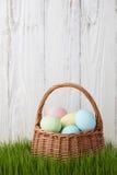 Cesta dos ovos da páscoa no prado da grama Fotografia de Stock