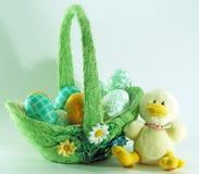 Cesta dos ovos de Easter e galinha do bebê imagens de stock royalty free