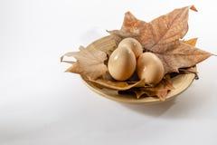 Cesta dos ovos no fundo branco da exploração agrícola com folhas de outono fotos de stock royalty free