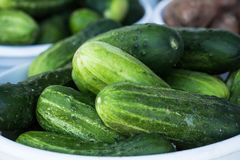 Cesta dos pepinos no mercado dos fazendeiros imagens de stock royalty free
