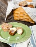 Cesta dos queques com queques em uma placa Fotos de Stock Royalty Free