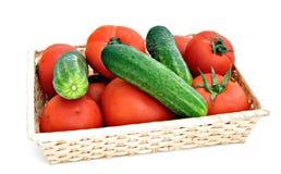 Cesta dos tomates e dos pepinos Foto de Stock Royalty Free