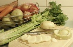 A cesta dos vegetais, grupo do aipo, cortou Pota Fotos de Stock Royalty Free