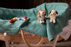 Cesta e brinquedos do bebê fotos de stock
