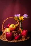 Cesta e flores de frutos imagem de stock royalty free