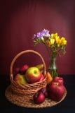 Cesta e flores de frutos frescos fotografia de stock