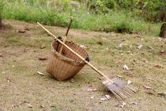 A cesta e o ancinho imagem de stock royalty free