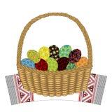 Cesta em uma toalha decorativa Nele são os ovos da páscoa com ornamento pintados O s?mbolo da P?scoa r ilustração stock