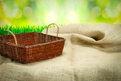 Cesta en la tabla con el paño de saco Imagen de archivo libre de regalías