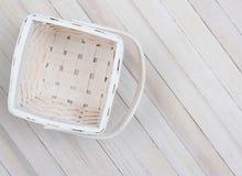 Cesta en la tabla de madera Foto de archivo
