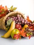 Cesta enchida com as decorações da fruta Imagem de Stock Royalty Free