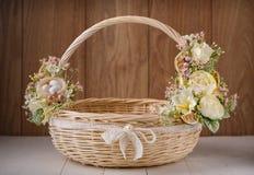Cesta festiva adornada con las flores en fondo de madera Foto de archivo libre de regalías