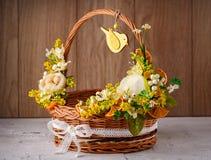 Cesta festiva adornada con las flores en fondo de madera Fotografía de archivo libre de regalías