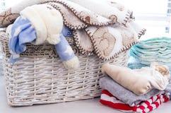 Cesta gris con los juguetes de los niños Foto de archivo