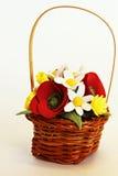 Cesta hecha a mano con las flores artificiales Foto de archivo libre de regalías