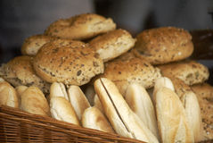 Cesta llenada del pan Fotografía de archivo