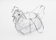 Cesta metálica de gallina formada huevos vacía Fotos de archivo
