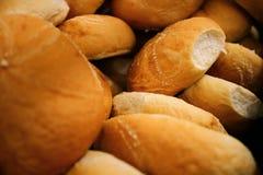 Cesta por completo de bollos del pan Fotografía de archivo