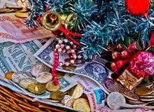 Cesta por completo de donaciones de la Navidad imagen de archivo libre de regalías