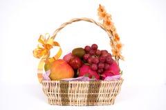 Cesta por completo de frutas foto de archivo libre de regalías
