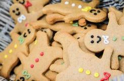 Cesta por completo de galletas del hombre de pan de jengibre Fotografía de archivo libre de regalías
