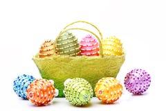 Cesta por completo de huevos de Pascua aislados en el fondo blanco Foto de archivo
