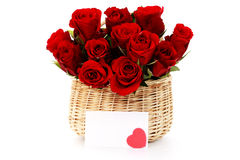 Cesta por completo de rosas rojas fotos de archivo