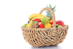 Cesta por completo de varias frutas Foto de archivo
