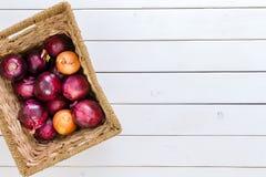 Cesta rústica com uma mistura de cebolas vermelhas e marrons Fotografia de Stock Royalty Free