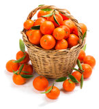 Cesta rústica con las mandarinas Foto de archivo libre de regalías
