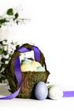 Cesta rústica de Pascua con los huevos 2 Foto de archivo libre de regalías