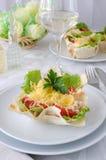 Cesta, rellena con el pollo, los tomates y el queso Foto de archivo libre de regalías