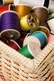 Cesta Sewing e linha fotografia de stock