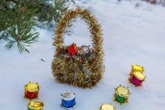 Cesta sob a árvore de Natal Surpresa para jovens crianças fotografia de stock