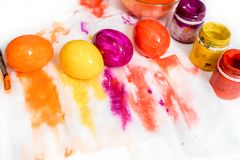 A cesta tecida minúscula enchida com os doces coloridos pasteis do ovo no fundo pastel da aquarela com mais doces e coração deu f imagens de stock royalty free