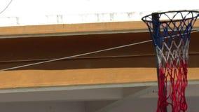 Cesta-tintín el rastro de la bola en la corte de la bola de la cesta metrajes