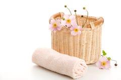 Cesta, toalha rolada e anemones fotos de stock royalty free