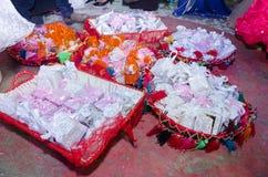 Cesta tradicional árabe del día de fiesta con los regalos de la novia en la boda Imágenes de archivo libres de regalías