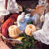 Cesta tradicional de Easter com alimento Imagens de Stock