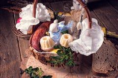 Cesta tradicional de Easter com alimento foto de stock royalty free