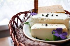 Cesta tradicional de easter com bolo de easter, queijo, ovos Foto de Stock Royalty Free
